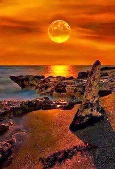 le couché du soleil à florida - landscape photography - seascape Beautiful Moon, Beautiful Sunrise, Beautiful World, Beautiful Places, Places Around The World, Around The Worlds, Image Nature, Jolie Photo, Amazing Nature