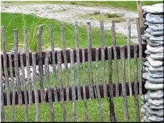 vékony ágakból akácfa kerítés