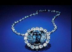 ホープ・ダイヤモンド Hope Diamond 45.52carat (9.10 g)。 色はサファイアを思わせる濃いブルー。 呪いの宝石として有名。 スミソニアン国立自然史博物館所蔵。