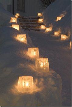 Doe Het Zelf--- Kaarsenhouder van ijs maken; Stop grote bloempotten, gevuld met aarde/zand in een emmer. Giet langs de randen tussen de bloempot en de emmer water. Bevries dit en verwijder de pot en emmer. Stompkaarsen of waxinelichtjes in de bevroren pot zetten, aansteken en VOILA!!