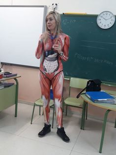 Recently, the teacher Verónica Duque decided to engage her students on a higher level and gave a class on anatomy in a full-body suit that mapped out the human body in great detail. Perfect Image, Perfect Photo, Love Photos, Cool Pictures, Professor, Teacher Dresses, Teacher Wear, School Teacher, Human Body Anatomy
