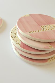 Hand-painted ceramic coasters in pale pink with gold dots Ceramic Tableware, Ceramic Pottery, Kitchenware, Pottery Painting Designs, Pottery Designs, Ceramic Cafe, Color Me Mine, Ceramic Coasters, Diy Coasters