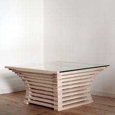 Dit tafeltje is ontstaan door te spelen met lijnen en wiskundige verhoudingen. Alle hoeken zijn recht, maar door de constructie worden er gebogen lijnen gecreëerd. Deze constructie is door het gebruik van het glazen tafelblad duidelijk zichtbaar. Materiaal en afmetingen zijn naar wens aan te passen. Tafeltje op afbeeldingen: materiaal: essen en gehard glas afmeting: B80 D80 H40