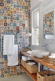 salle de bain exquise avec carreaux à motifs