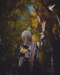 All religions are considered a way of life, including religion Islam. We all know that Muslims are the believers of Islam. Beautiful Hijab Girl, Beautiful Muslim Women, Anime Muslim, Muslim Hijab, Hijab Hipster, Ella Enchanted, Islamic Cartoon, Profile Pictures Instagram, Hijab Cartoon