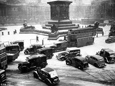 Print of British Weather - Winter - Snow - London - 1947 London Pictures, London Photos, Vintage London, Old London, London Bus, London Pride, London History, London Look, Trafalgar Square