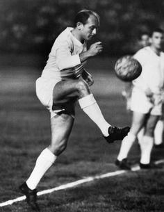 Di Stéfano controlando el balón durante un un partido de la Pequeña Copa del Mundo disputado por el Real Madrid en Caracas en 1963.