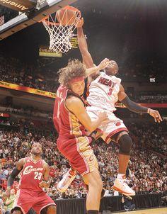 Dwayne Wade dunk on Varejoa