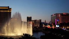 A noite de Vegas na avenida onde tudo acontece, conhecida como Strip. E os show das fontes do hotel Bellagio  Foto: Marcelo Carnaval / O Globo