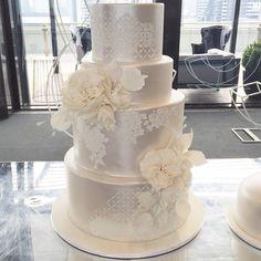 Preciosa torta de boda de color plateado con flores de azúcar. #TortasVintage