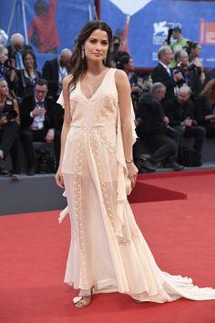 Giulia Elettra Gorietti con un vaporoso vestido de corte moderno