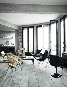 In a former office with a striking view over the rooftops of Paris, Louis and Sarah Bonard created their dream home where the industry meets design classics and flea market finds.  Leaving a …