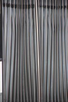 OPDRACHT 1 - LIJN Zwarte verticale, maar onevenwijdige lijnen op grijze en witte vlakken die een accordeonpatroon creëren.