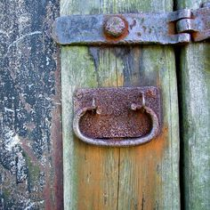 JUST PLAIN COUNTRY CHARM... Beautiful patina and rusty handle.