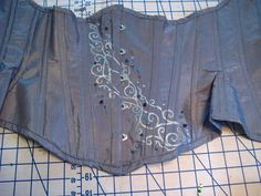 Picture of How to make an Underbust Corset.seems to be a good tutorial , but I am not a seamstress. I will show this to my sewing friends and see if we can make one Corset Underbust, Diy Corset, Steampunk Corset, Steampunk Costume, Steampunk Clothing, Diy Clothing, Sewing Clothes, Dress Patterns, Sewing Patterns