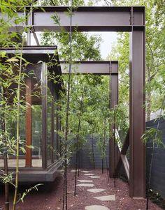#Bambusgarten edel gestaltet mit Metal und Natursteinboden