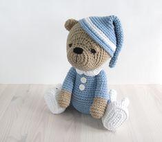 PATRÓN: Sleepy oso de peluche en pijamas y pantuflas de conejo - Crochet Patrón - tutorial Amigurumi con fotos (at-047)