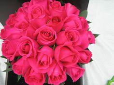 Bouquet de novia en bellas rosas fucsias.