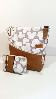 Ich fertige in liebevoller Handarbeit Handtaschen, Rucksäcke, Kosmetiktaschen u.v.m  Diese Tasche ist aus Snappap( Veganes Leder) und Baumwolle genäht. Sehr praktisch ist das Innenfach an der...
