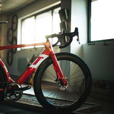 eady... #Repost @mohawkscycles ・・・ Route. Monoplateau. Pneus Larges. Aéro. Disques. Vroomen. #mohawkscycle