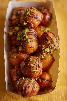 Lokma, a török fánk   Street Kitchen Cupcakes, Cafe Food, Arabic Food, Churros, Winter Food, International Recipes, Chicken Wings, Cake Recipes, Breakfast Recipes
