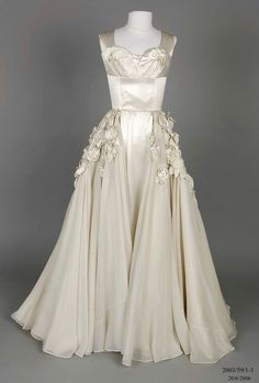 Vintage Wedding Dresses Vintage wedding dress by Beril Jents via What Are They Wearing Now Vintage Gowns, Mode Vintage, Vintage Bridal, Vintage Outfits, Vintage Fashion, 1950s Fashion, Vintage Bride Dress, Vintage Clothing, Club Fashion