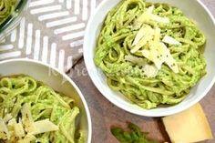Vyzkoušejte vynikající jarní těstoviny s avokádovou omáčkou. Hotové jsou raz dva a proto se skvěle hodí jako rychlý oběd, nebo lehká večeře. Linguine, Pesto, Cabbage, Spaghetti, Food And Drink, Baking, Vegetables, Ethnic Recipes, Kitchen