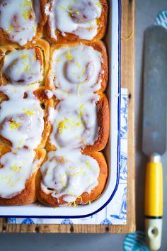 Zitronen-Hefeschnecken mit Crème fraîche Guss- ein Rezept für fruchtiges sommerliches Hefegebäck