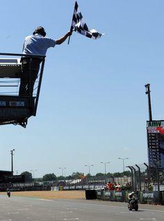 17.05 Thomas Lüthi franchit triomphalement la ligne d'arrivée du GP de France au Mans.Photo: AFP/Jean-francois Monier