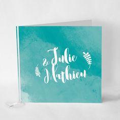 Douceur d'Aquarelle, turquoise Faire-part accompagné d'un ruban de satin blanc, imprimé sur un papier épais recyclé pour encore plus de naturel. Le style repose sur le fond aquarelle turquoise, ainsi que sur l'harmonie des caractères et des motifs...