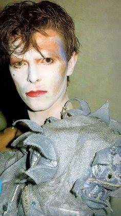 ★ David Bowie pour le tournage du clip de Ashes to Ashes en 1980. Un costume de Natasha Korniloff. Photo de Brian Duffy
