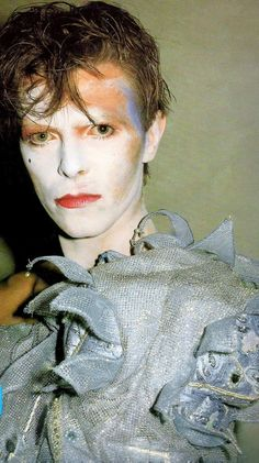 David Bowie Ashes to Ashes en 1980. Un costume de Natasha Korniloff. Photo de Brian Duffy