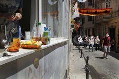 İşte insanımız. Cam önünden saksılar kalkar, limon sirke süt sevisi başlar.. #occupygezi #occupyturkey
