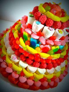 Une pièce montée de bonbons
