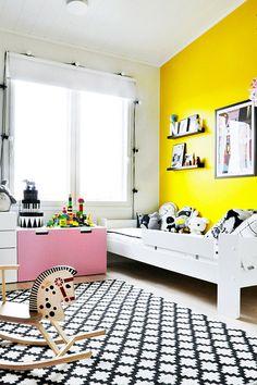 Dětský pokoj ve skandinávském stylu ve žluté a růžové