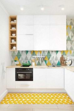 couleur-cuisine-armoires-blanches-crédence-carreaux-triangles-multicolores-tapis-jaune couleur pour cuisine