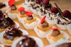 Assortment of organic desserts /// Assortiment de desserts bio Mini Cupcakes, Organic, Desserts, Food, Tailgate Desserts, Meal, Dessert, Eten, Meals