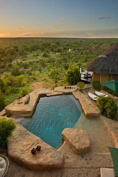 Makumu is 'n luukse privaat wildlodge wat alles insluit en vorm deel van die Klaserie Privaat Natuurreservaat in Hoedspruit. Klaserie is een van die grootste privaat natuurreservate in Suid-Afrika en is deel van die Groter Kruger Nasionale Park. Daar is ook 'n swembad om in af te koel na 'n dag in die Afrika-son. Dié swembad pas in by die omringende bosveld en gaste moet dus nie verbaas wees as 'n olifanttrop hier kom kuier om hul middagdors te les nie.