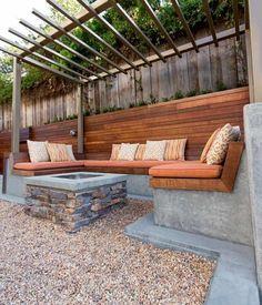 Beton Sitzbank mit Holzauflage und weichen Polstern