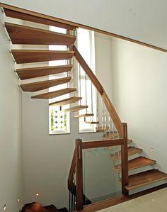 Holztreppe freitragend mit Glaseinsatz (MDF )