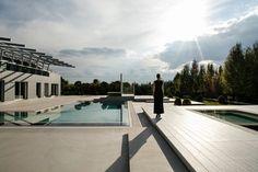 L'edificio, si inserisce all'interno di un progetto piu' ampio e complesso che ha guidato la realizzazione di un articolato studio di posa, in un piccolo centro abitato vicino a Budapest ,Csomor. Il fabbricato e la piscina sono...