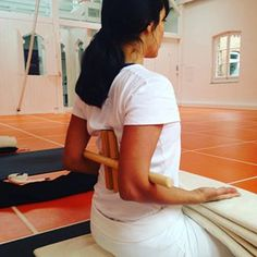 Yoga Restorative Helpful Tips For Vegetarian Diet Iyengar Yoga, Pranayama, Yoga Régénérateur, Yoga Shoulder, Mudras, Yoga Props, Restorative Yoga, Yoga Sequences, Pilates Reformer