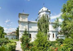 """Manastirea Sfintii Voievozi Slobozia este una dintre marile manastiri din sud-estul tarii. Manastirea se afla in campia Baraganului, pe malul stang al Ialomitei, in orasul Slobozia, avand biserica inchinata Sfintilor Arhangheli Mihail si Gavriil, numiti si """"Sfintii Voievozi"""", si fiind ctitorie a lui Enache Caragea si a voievodului Matei Basarab (1632 – 1654). Cathedrals, Romania, Past, Clouds, Memories, Mansions, House Styles, Places, Travel"""