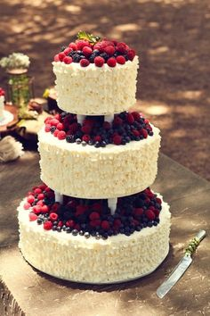 Look at this #berry wedding cake. This is perfect for picnic park weddings! #picnicwedding #weddingcake (Wedding Cake Rustic)