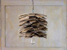 Lampa wisząca Gont. Idealna do wnętrz w stylu loft. Wykonana z materiałów z recyklingu (drewnianych gontów). Robi wrażenie w każdym wnętrzu http://gotowewnetrza.pl/sklep/lampa-wiszaca-gont-02/