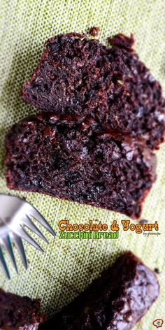 This Chocolate and Yogurt Zucchini Bread is so moist and rich that you will feel like you are eating brownies, yet a healthier version.Little olive oil, plain yogurt and lots of zucchini are the secret behind the moistness. Zucchini Brownies, Chocolate Zucchini Bread, Zucchini Muffins, Zucchini Cake, Zuchinni Bread, Zuchinni Recipes, Healthy Brownies, Chocolate Yogurt, Cake Chocolate