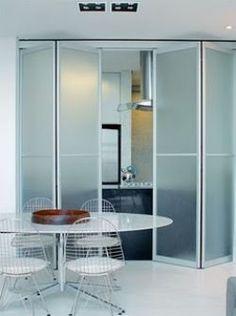 Saiba como funciona a Porta Articulada (ou Porta Camarão), onde utilizá-la e inspire-se em alguns modelos. | Clique Arquitetura | Seu portal de Ideias e Soluções