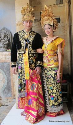 Balinese costumes are one of the most important elements for a wedding in traditional or royal Balinese style. All clothes are handmade with silver and gold elements. Traditional Fashion, Traditional Dresses, Traditional Weddings, Rare Clothing, Indonesian Wedding, Wedding Attire, Wedding Dresses, Costumes Around The World, Wedding Costumes