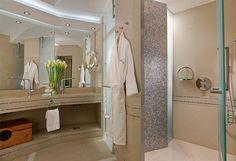 κλασσική πολυτέλεια στο μπάνιο, στις σουίτες του Divani Apollon Palace & Spa στο Καβούρι