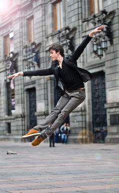 Javier Cacheiro . Compañia Nacional de Danza México   Urban Ballet  Fotografía por Carlos Quezada